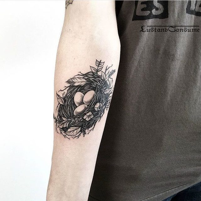the tattoo of a nest on arm