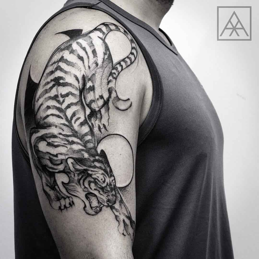 cool tiger tattoo on shoulder